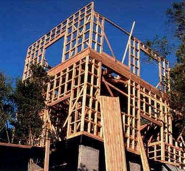 la estructura de la casa es en trama de madera tipo bastidores